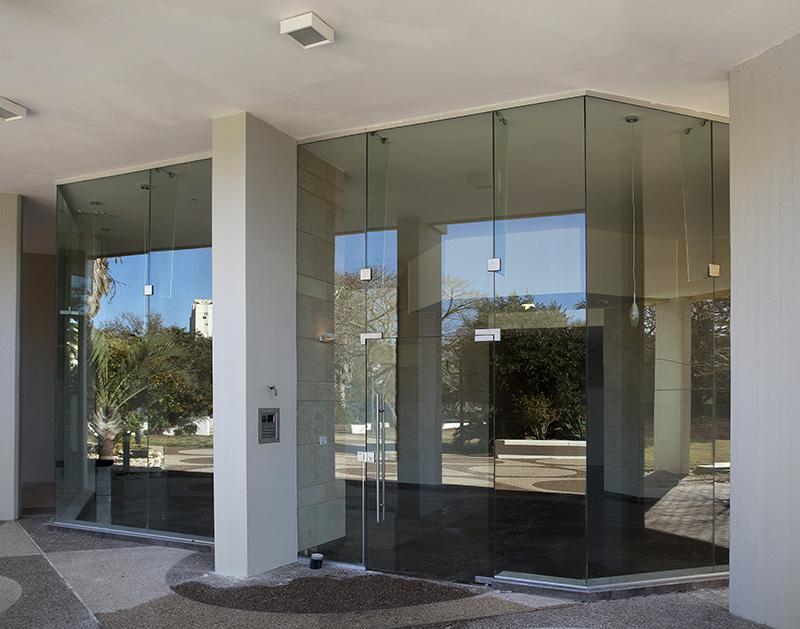 דלת כניסה מזכוכית