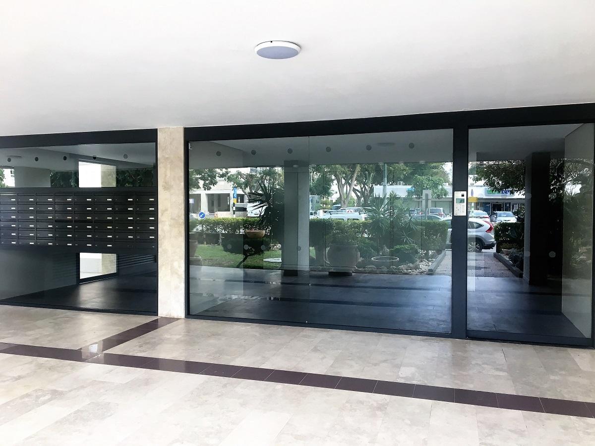 דלת אוטומטית קבוע ותיבות בתוך ויטרינה