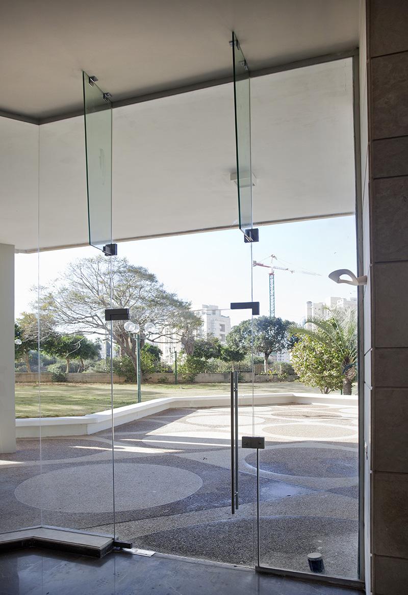 דלת וויטרינות זכוכית
