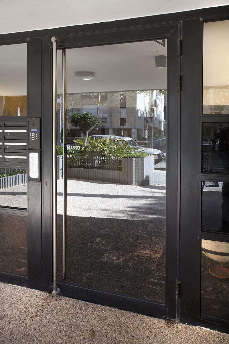 דלת כניסה מאלומיניום + מקודד ומערכת תיבות דואר