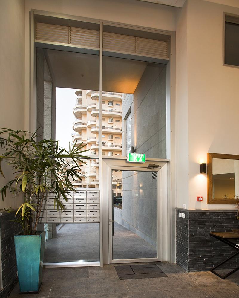 דלת כניסה מאלומיניום+ תיבות דואר