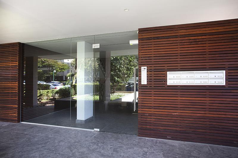 דלת כניסה מזכוכית וויטרינה רחבה