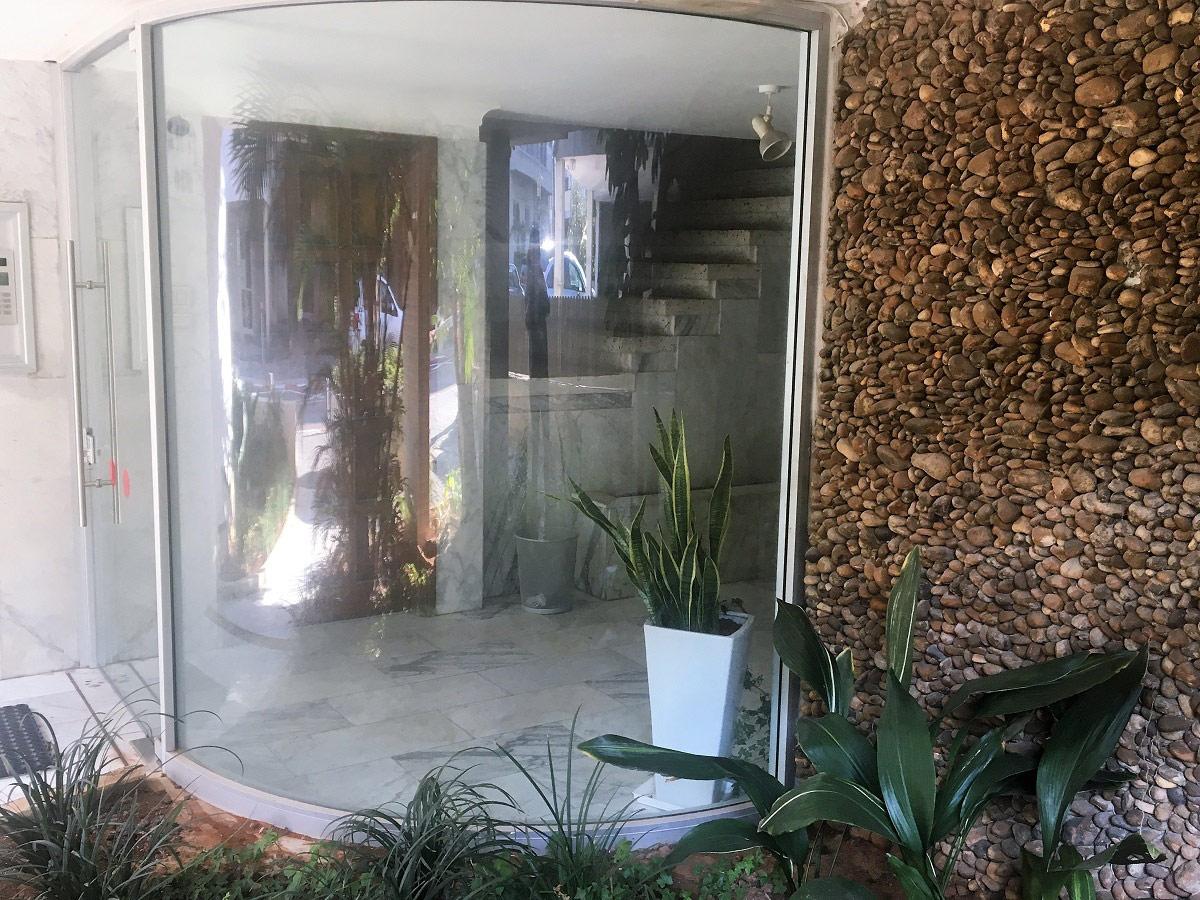 דלת כניסה זכוכית