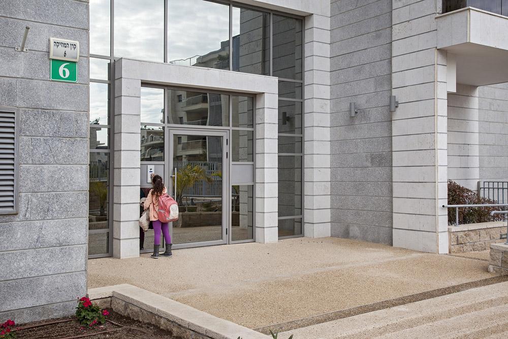 דלת אלומיניום וקיר מסך