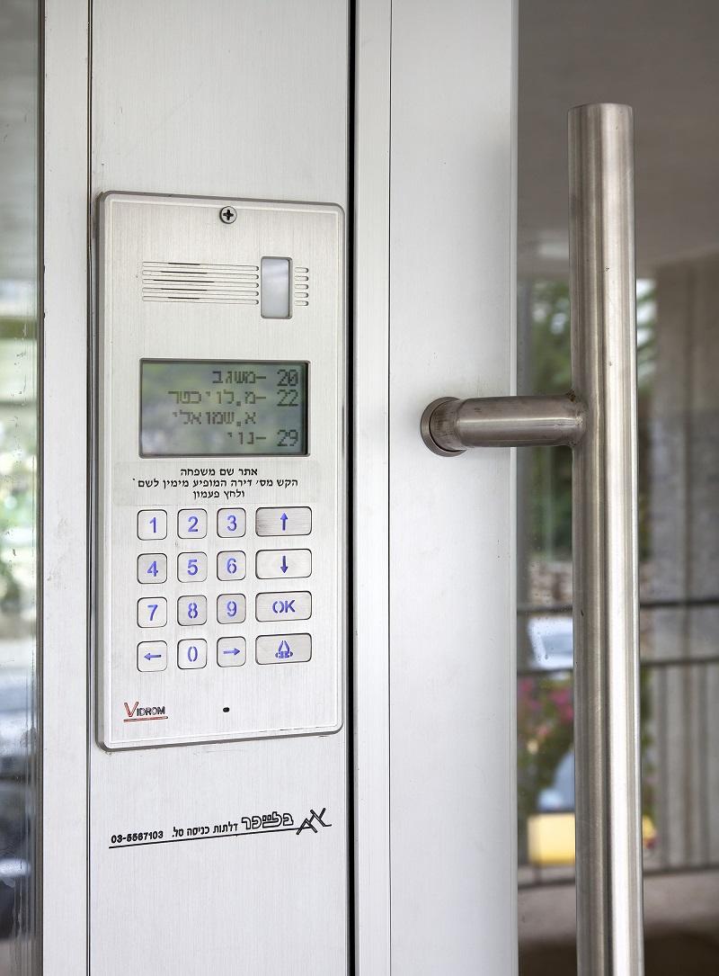 אינטרקום משולב בפרופיל דלת הכניסה לבניין