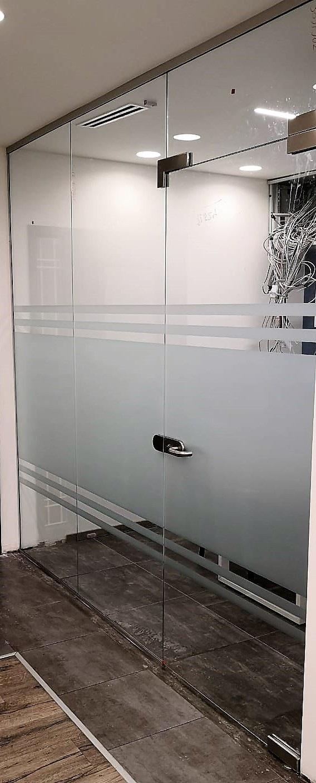 ויטרינה ודלת זכוכית למשרדים