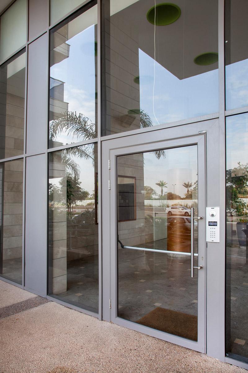 דלתות כניסה מזכוכית ואלומיניום