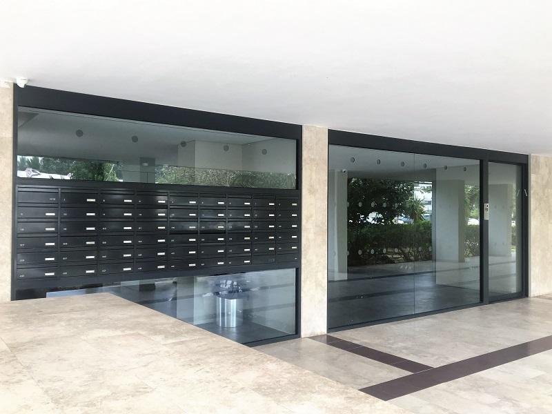 דלת אוטומטית + תיבות בתוך ויטרינה