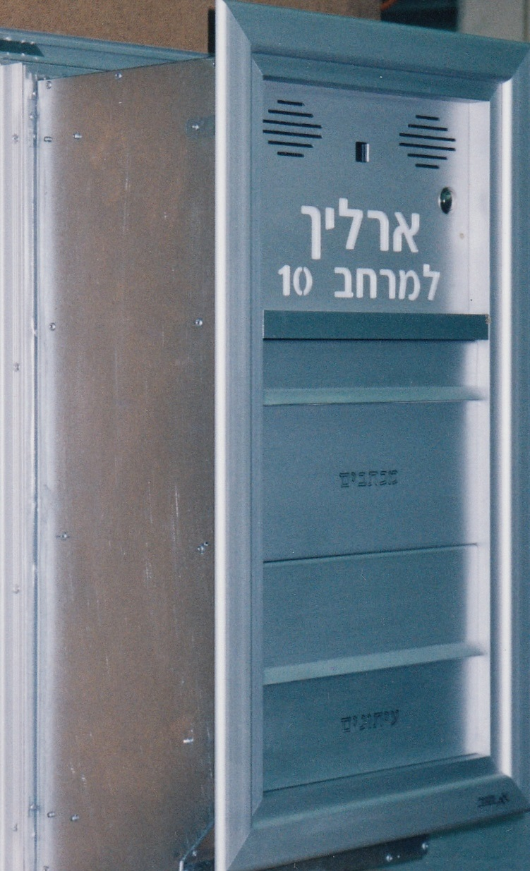 תיבת דואר דו צדדית עם שני תאים, הכנה לאינטרקום, חלון למצלמה, שם מואר - תמונה מהצד