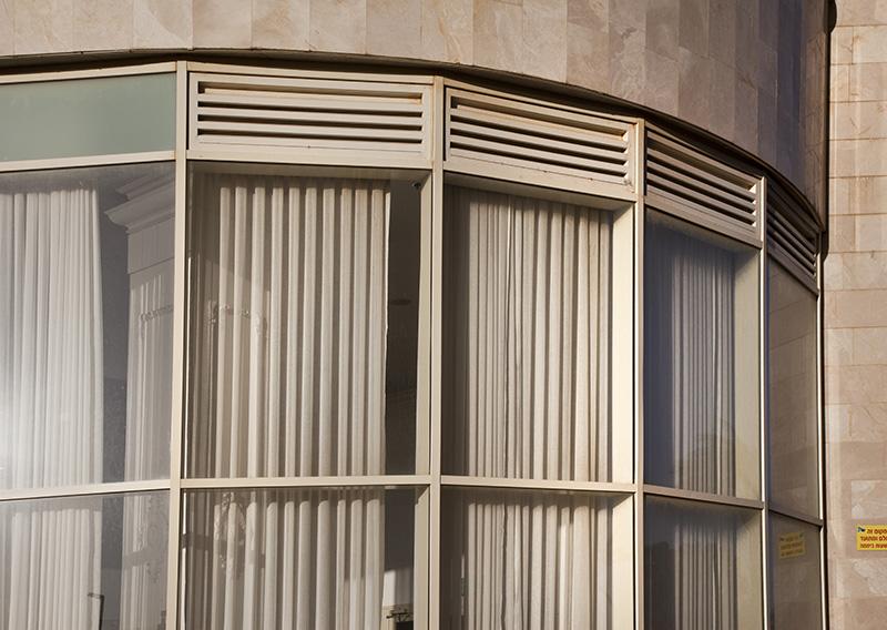 קיר מסך עם זכוכיות מעוגלות