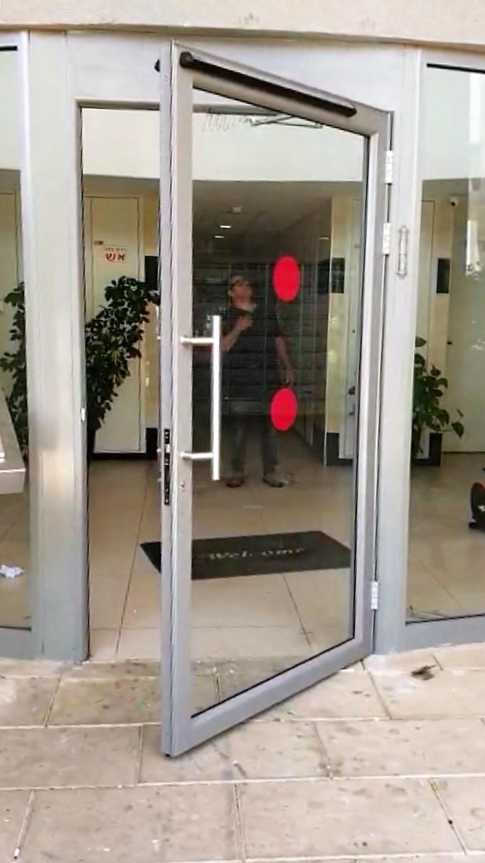 דלת עם משאבה חשמלית