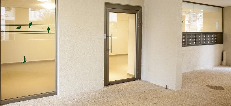 תיבות דואר, דלת כניסה מאלומיניום וויטרינה רחבה