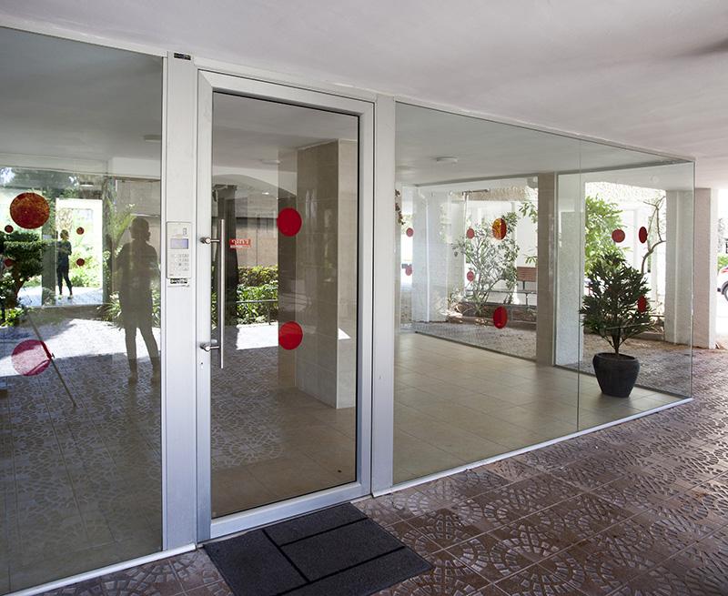 דלת כניסה מאלומיניום וויטרינות זכוכית