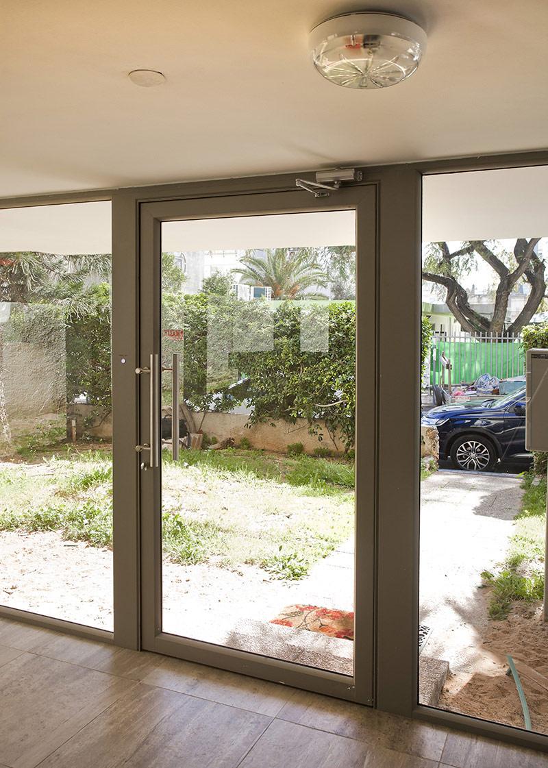 דלת כניסה מאלומיניום בגוון אפור