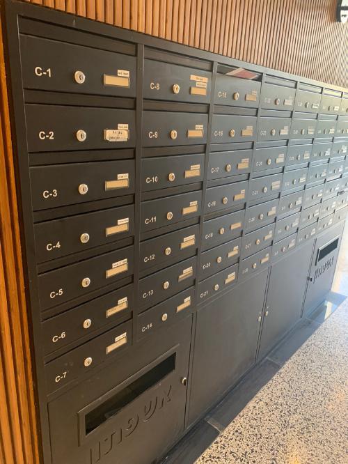 תיבות דואר בתוך קיר עץ