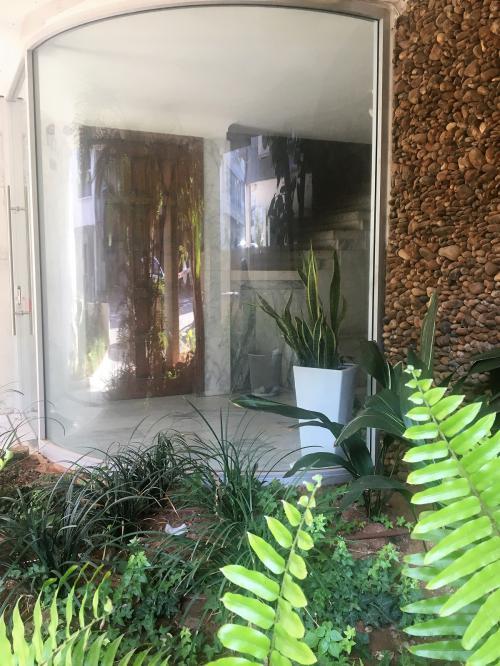 דלת זכוכית + ויטרינה מעוגלת
