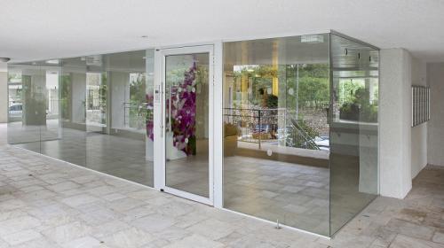 ויטרינה רחבה, שילוב של דלת אלומיניום עם קבועי סיקוריט