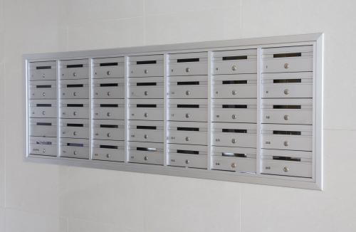 תיבות דואר בתוך הקיר