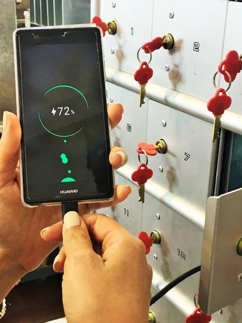 תאי אחסון לטלפונים סלולריים עם טעינה
