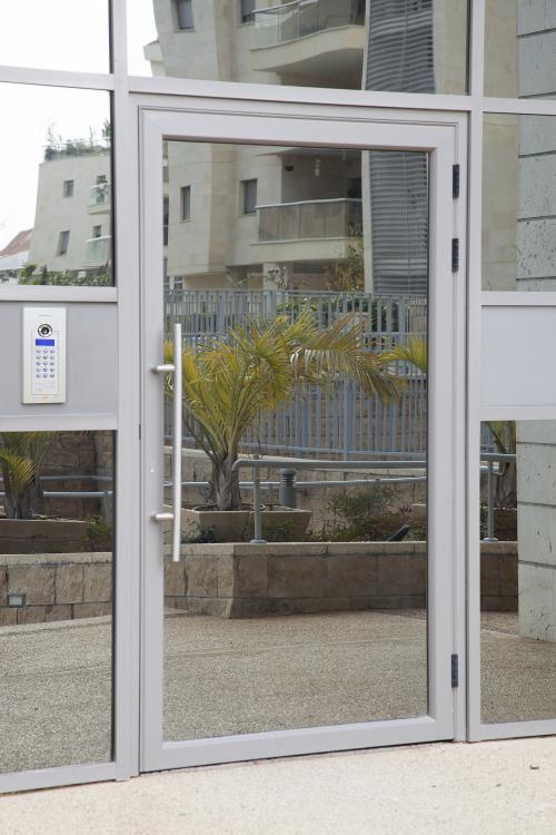 דלת כניסה ואינטרקום