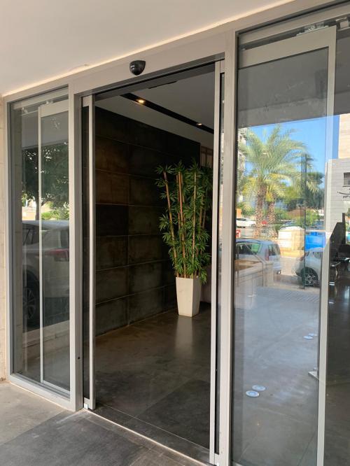 דלת הזזה אוטומטית