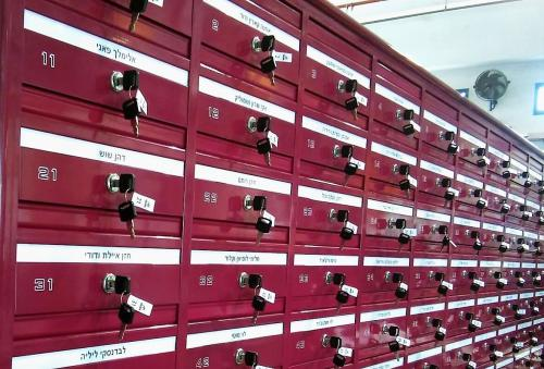 מערכת תיבות דואר בצבע ורוד עמוק