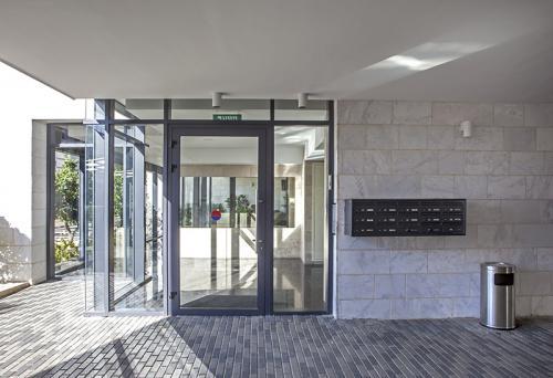 דלת כניסה אלומיניום