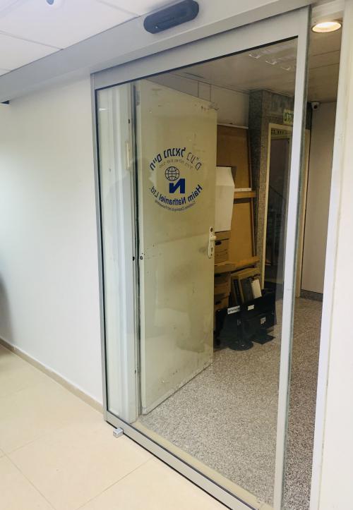 דלת כניסה אוטומטית בבניין משרדים