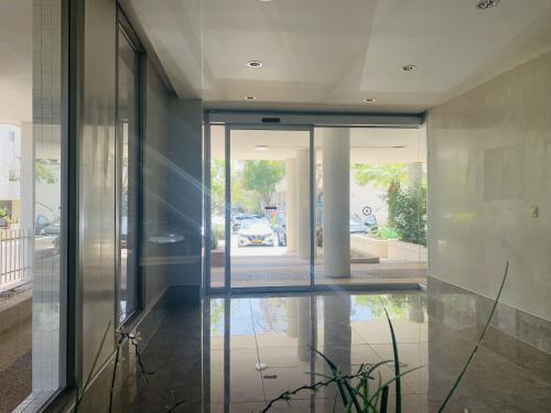 דלת הזזה - מבט מתוך הלובי