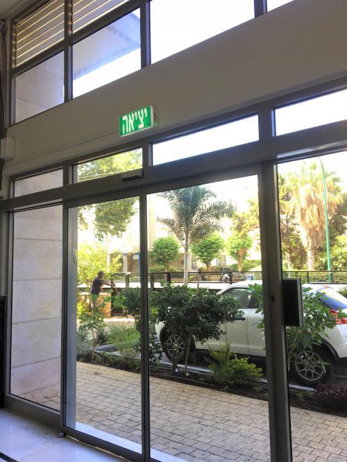 דלת חשמלית בניין בנתניה