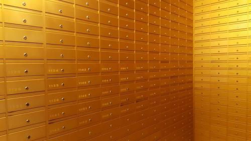 תיבות דואר מוזהבות - חיפוי כל קירות חדר הדואר