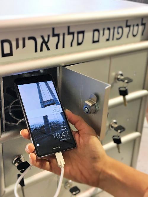 אחסון טלפונים סלולריים עם טעינה