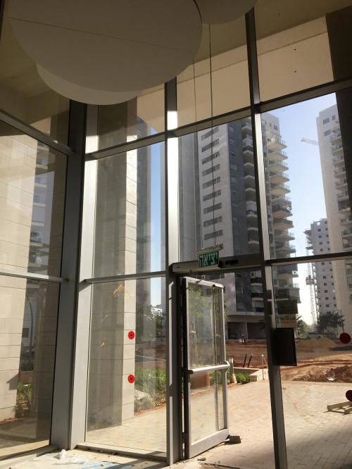 דלת סטראקטורלית וקיר מסך