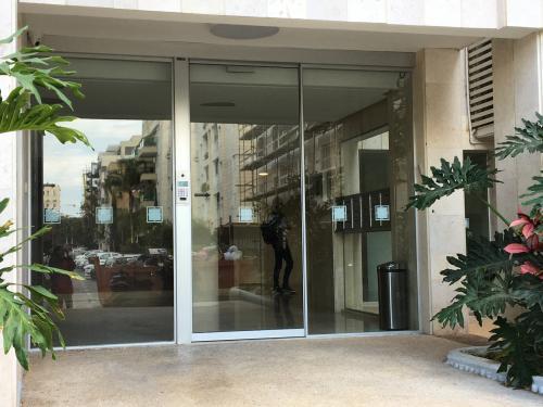 דלת כניסה אוטומטית