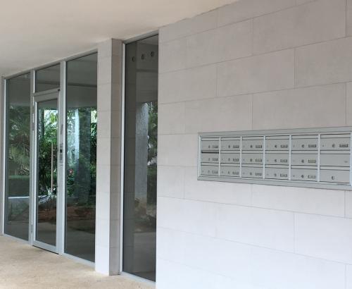 דלת אלומיניום ותיבות דואר