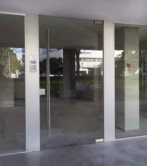 דלת סיקוריט עם משקוף מיוחד