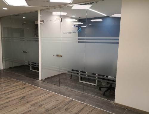 ויטרינה + דלת זכוכית למשרדים
