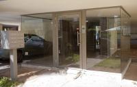 דלת כניסה מאלומיניום וויטרינות מודבקות