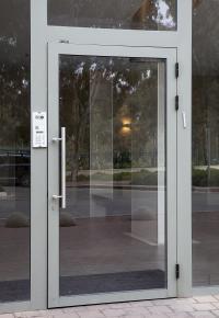 דלת כניסה מאלומיניום עם אינטרקום