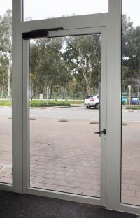דלת כניסה מאלומיניום מבט מבפנים