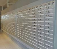 מערכת תאי דואר דו צדדית עם הדפסת שמות לאורך התא, הלבשה מסביב, מיועד לתוך קיר או נישה.