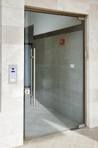דלת כניסה לבניין מזכוכית