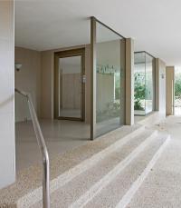 ויטרינות בכניסה לבניין + דלת כניסה מאלומיניום