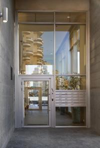 דלת אלומיניום - כניסה כפולה וקירות מסך