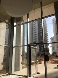 דלת סטראקטורלית בקיר מסך