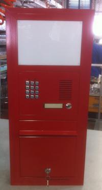 תיבת דואר חד צדדית משולבת עם אינטרקום לתוך הקיר.