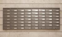 תיבות דואר חד צדדי על הקיר