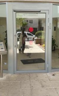 דלת ציר אוטומטית