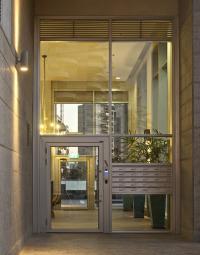 תיבותת דואר, דלת כניסה מאלומיניום וקירות מסך