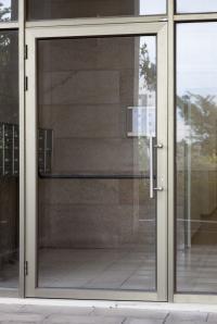 דלת כניסה מאלומיניום ומערכת תיבות דואר